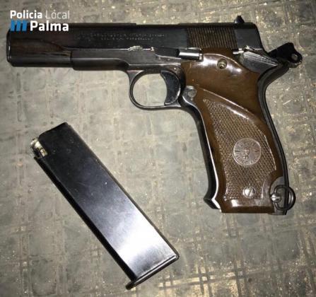 Un trabajador de EMAYA encuentra una pistola junto a un contenedor.