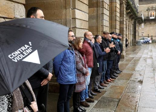 La corporación municipal de Santiago de Compostela se ha concentrado esta mañana en la plaza del Obradoiro y ha guardado un minuto de silencio en repulsa por el asesinato de Diana Quer.