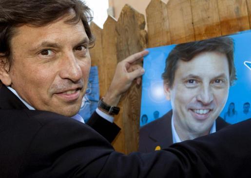 El candidato del Partido Popular de Baleares a la alcaldía de Palma, Mateo Isern, durante el simbólico acto de pegada de carteles.