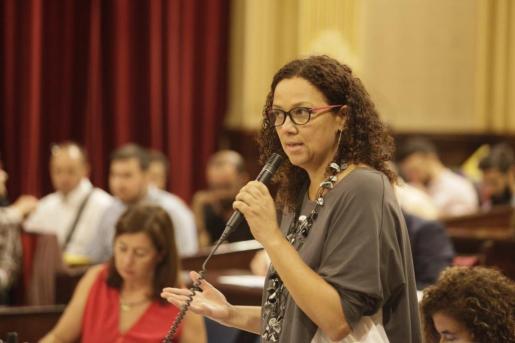 La consellera Catalina Cladera durante una intervención en el Parlament.