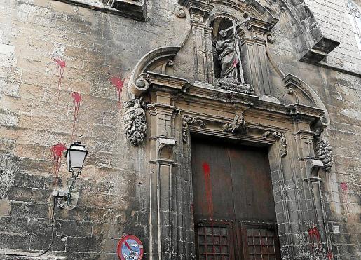 Imagen de os impactos de pintura en una iglesia que es Bien de Interés Cultural.