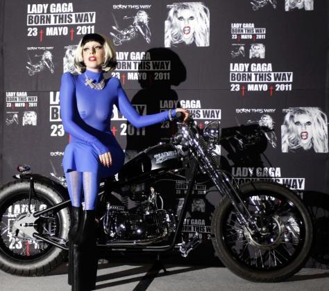La cantante Lady Gaga posa junto a una Harley Davidson durante la presentación de su nuevo disco en México.