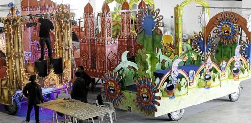 Últimos retoques para que las seis carrozas desfilen el viernes por las calles de Ibiza.