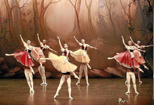 El Ballet de Moscú, representando 'El lago de los cisnes' este miércoles en el Auditórium de Palma.
