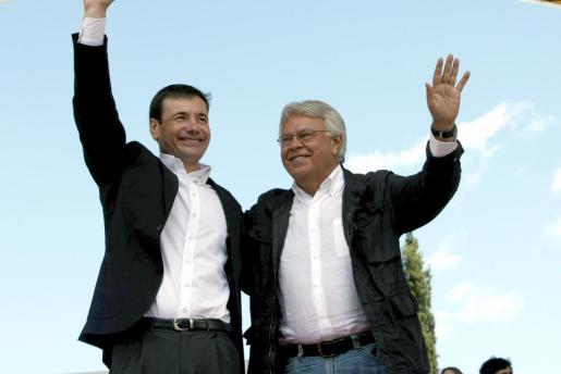 El candidato del PSOE a la Comunidad de Madrid, Tomás Gómez, y González en el mitin de ayer.