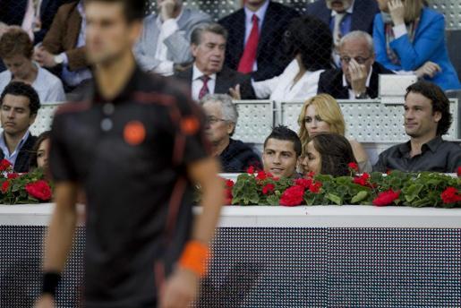 El delantero portugués del Real Madrid, Cristiano Ronaldo (2d-primera fila), acompañado por su novia, la modelo rusa Irina Shayk (d-primera fila), siguen la final del Masters 1.000 de Madrid.