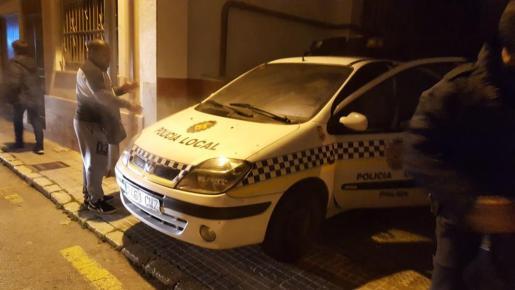 El coche de la Policía Local de Palma fue retirado a la entrada de un garaje para evitar problemas mayores.