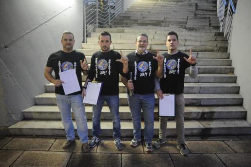 Momento de la recogida de firmas realizada ayer por la tarde en Palma.