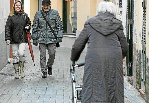 Una mujer con movilidad reducida pasea por la calle con la ayuda de un andador. Muchas de las personas que solicitan la ayuda a la dependencia son mayores que tienen graves problemas para llevar a cabo actividades de la vida cotidiana.
