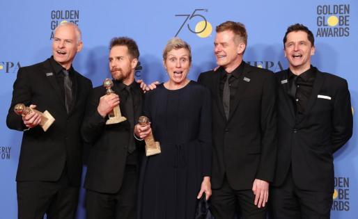 Martin McDonagh, Sam Rockwell, Frances McDormand, Graham Broadbent y Peter Czernin posan con sus premios conseguidos por 'Tres anuncios'.