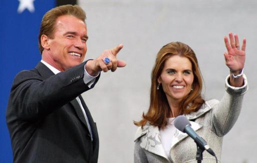 Fotografía del 17 de noviembre de 2003 del exgobernador de California Arnold Schwarzenegger (i) junto a su esposa Maria Shriver (d).