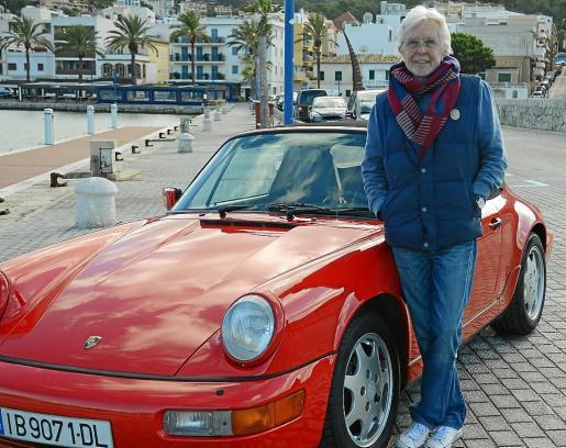Horst, junto a su Porsche Carrera 964 de 1990, en el Port d'Andratx.