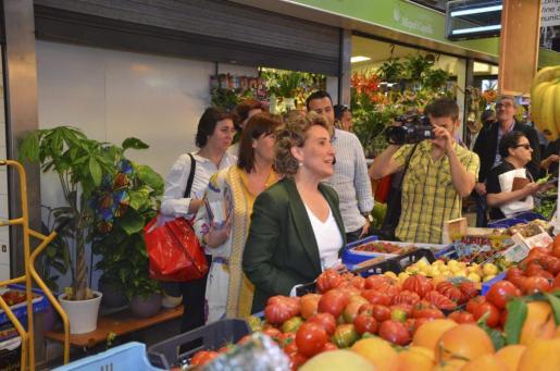 Aina Calvo y Francina Armengol han visitado esta mañana el mercado de Santa Catalina.