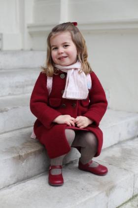 Fotografía cedida por el Palacio de Kensington y tomada por la duquesa Catalina de Cambridge que muestra a su hija, la princesa Carlota, antes de su primer día de guardería en Londres.
