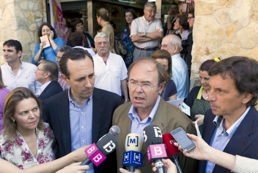 El presidente y portavoz del PP en el Senado, Pío García Escudero (2d), junto al candidato al la alcaldía de Palma, Mateo Isern (d), el candidato al Parlamento Balear, José Ramón Bauzá (2i), y la candidata al Consell Insular de Mallorca, María Salom.