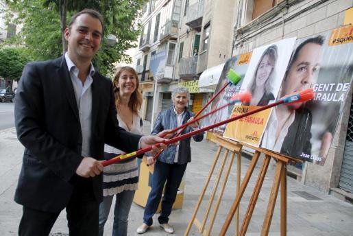 Joan Lladó, durante la tradicional pegada de carteles electorales.