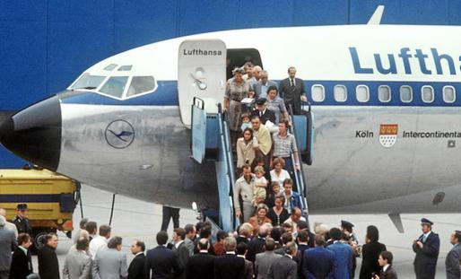 Los pasajeros descienden del avión secuestrado, tras un periplo de cinco días que tuvo en vilo al mundo.