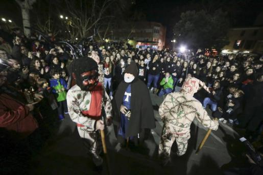 Uno de los momentos de la 'primera ballada dels dimonis', que da inicio a los festejos de Sant Antoni en Manacor.