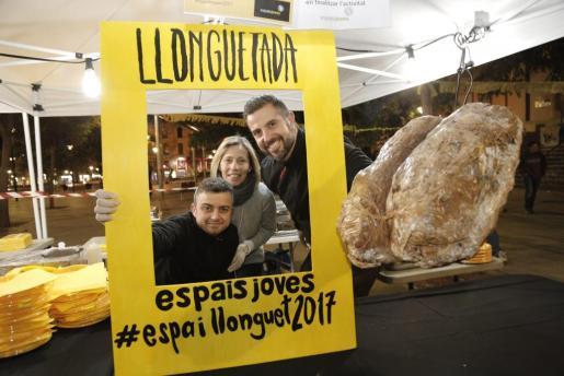 Cientos de personas disfrutan en Palma de la popular Llonguetada en plazas y locales.