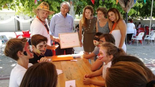 El conseller Martí March, en el centro, en una actividad de aprendizaje de inglés en verano para alumnos de Primaria.