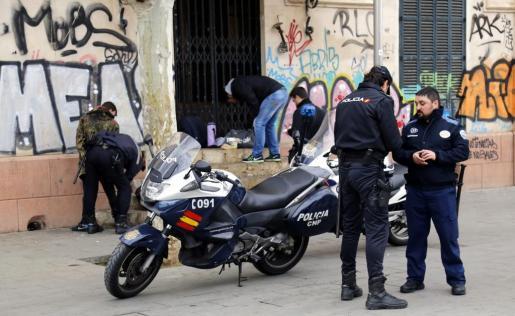 Momento de la detención del agresor junto a la puerta principal de la Intermodal de Palma.