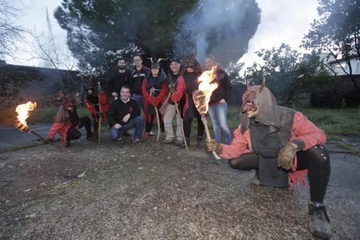 Miembros de la 'colla' Realment Cremats, fundada en 2011, en la explanada donde suelen realizar los talleres.