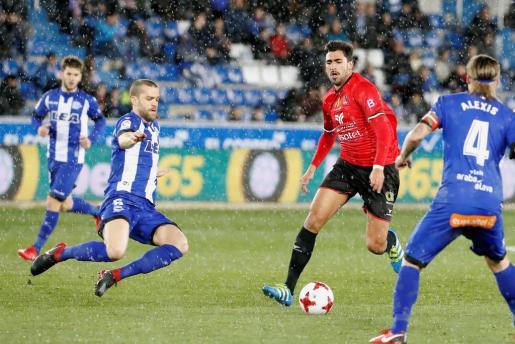 El delantero del Formentera Juan Antonio Sánchez avanza con el balón entre Víctor Laguardia y Alexis Ruano, del Deportivo Alaves.
