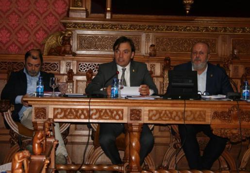 El vicepresidente Miralles, en el centro, durante el pleno insular en el que se ha votado por unanimidad una propuesta sobre la recuperación de los 'bous'.
