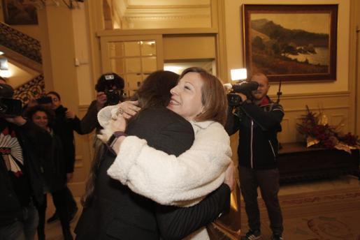 Abrazo en el que se fundieron Baltasar Picornell y Carme Forcadell en la sede del Parlament balear durante una reciente audiencia.