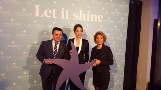 Los cambios de color de la tradicional estrella que simboliza la marca Iberostar fueron dados a conocer en Madrid por la vicepresidenta y CEO del grupo, Sabina Fluxá, que aparece en el centro junto a Aurelio Vázquez y la copresidenta Gloria Fluxá.