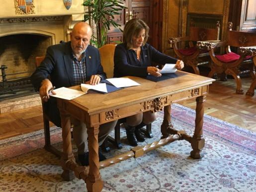 Miquel Ensenyat y Fanny Tur firman el convenio para iniciar el proyecto del Museo Marítimo.