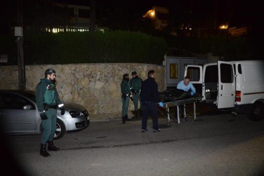 Agentes de la Guardia Civil en el momento en que el cadáver de Pedro Antonio Serra.
