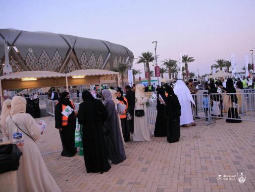 Las mujeres saudíes pudieron este viernes asistir por primera vez a un partido de fútbol junto a los hombres, aunque en gradas separadas.