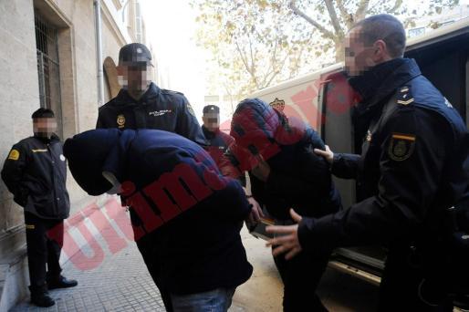 Dos de los detenidos durante la operación Goodbye realizada por la Policía Nacional en el poblado de Son Banya pasan a disposición judicial.