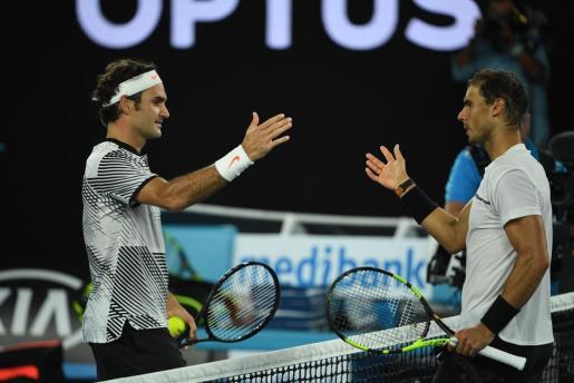 Roger Federer y Rafa Nadal se saludan después de que el suizo se hiciese con la victoria en la final del Abierto de Australia de 2017.