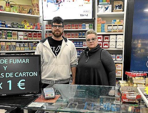 Sergio y Victòria regentan el estanco 24 horas de la calle Manacor que, además de tabaco, ofrece una gran cantidad de productos alimenticios y de índole sexual.