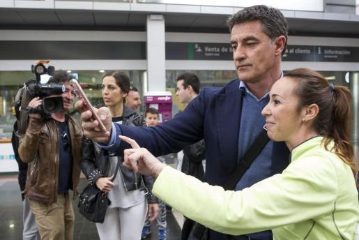Michel llegó al banquillo9 del Málaga en marzo de 2017. En la imagen, el entrenador a su llegada a la estación de tren tras el cese del uruguayo Marcelo 'Gato' Romero.