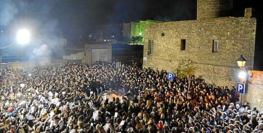 Centenares de personas se reunieron en torno al 'fogueró' central.