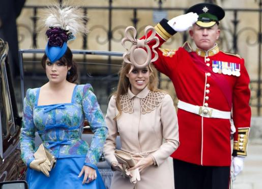 Las princesas Eugenia (i) y Beatriz de York (d), en la boda del príncipe Guillermo y Catalina Middleton.