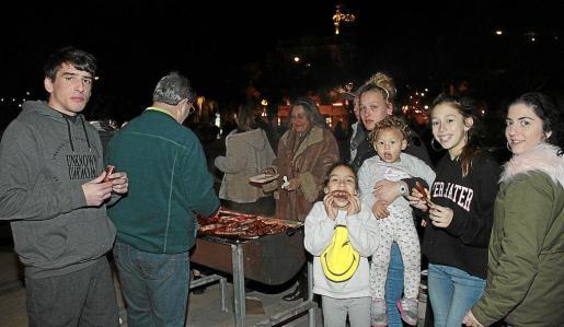 Familias y gente de todas las edades disfrutaron de una velada en la que se pudo escuchar algún grito aislado de ¡Arriba España!
