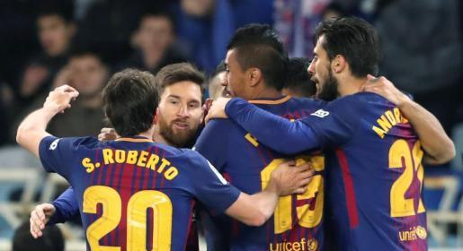 Los jugadores del Barcelona celebran el segundo gol ante la Real Sociedad.