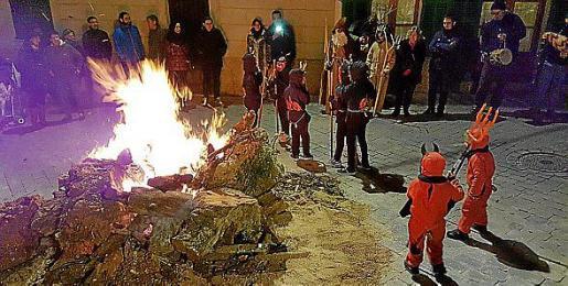 Los 'foguerons' se encienden para celebrar Sant Antoni 2018 en Porreres