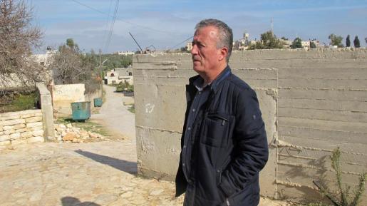 El padre de Ahed, Basem Tamimi, en la entrada de su casa de Nabi Saleh. «Esta noche vendrán a por ti», le advirtió a su hija cuando vio que el vídeo en el que abofeteaba a un soldado israelí se había viralizado; lo que no esperaba era la detención también de su mujer.