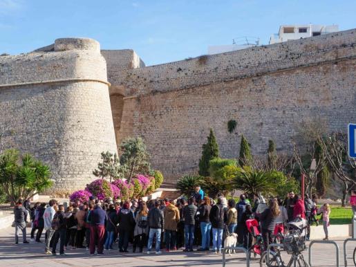 Mayores, jóvenes e incluso familias con niños asistieron ayer a la convocatoria de Amics d'Eivissa para hacer una visita guiada por Dalt Vila.