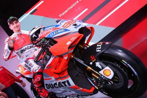 El piloto mallorquín de MotoGP Jorge Lorenzo posa durante la presentación del equipo Ducati MotoGP 2018 celebrada en la fábrica Ducati en Borgo Panigale.
