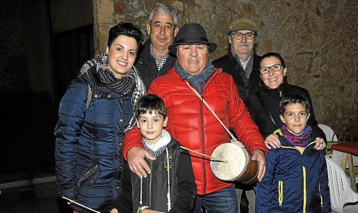 Joana Bennàssar, Llorenç Payeras, Tomeu Barceló, Damià Bennàssar y Iolanda Portel con los niños Guillem y Sergi.