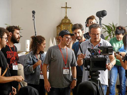 Momento de la preparación y grabación de la miniserie 'En vida teva'.