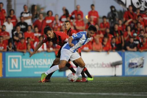 Álex Serrano y Borja pelean por el control del balón.