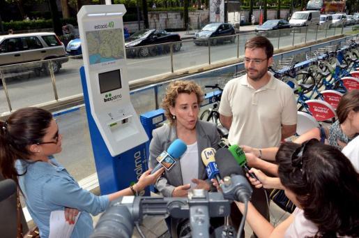 Aina Calvo y José Hila esta mañana, en el acto en el que han anunciado la intención de ampliar el servicio Bicipalma.