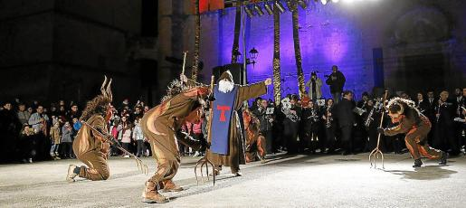 Los 'dimonis' de Muro realizarán esta noche el baile conocido como «dels Tres Tombs».
